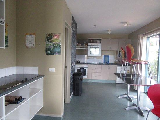 Astray Motel : Basic kitchen and lounge