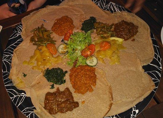 Injera : Hauptplatte für 3 Personen plus reichhaltige Fleischportionen