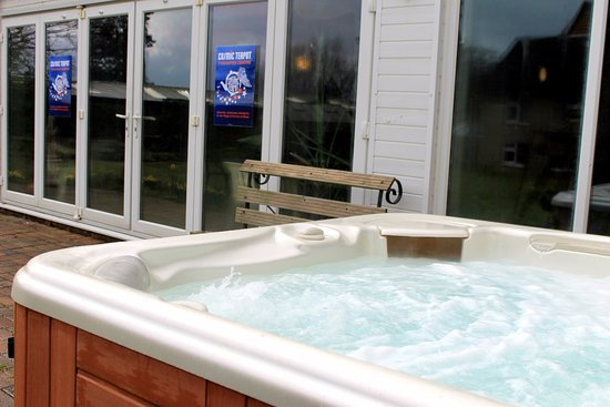 Forest of Dean, UK: Hot tub - permanently at 39 degrees
