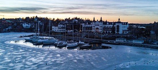 Saltsjobaden, Швеция: View of the hotel on an evening walk