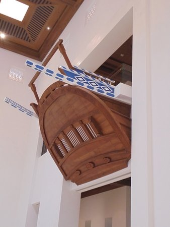 Muttrah, Oman: η πλώρη ενος καλσικού Ομανικού καραβιού, προβάλλει από τον 1ο όροφο!