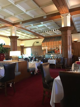 Decor and food outweigh service issues