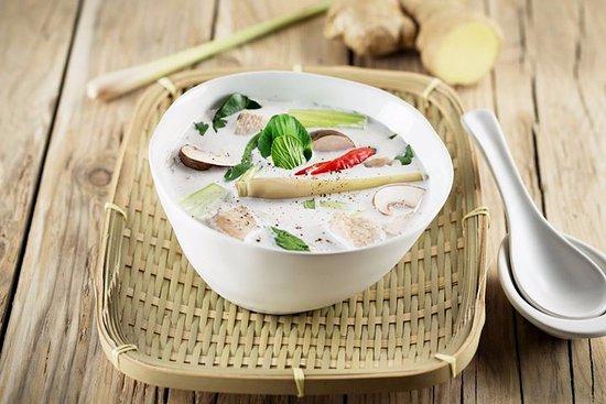 Sky Thai Dachrestaurant Metropol: tom ka Gai Kokosmilchsuppe mit Poulet,Pilzen Tomaten Lemongrass