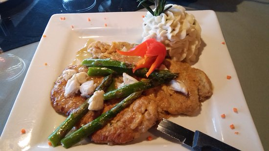 The Cafe an American Bistro : Veal Scallopini with crab, asparagus and sour cream potatoes