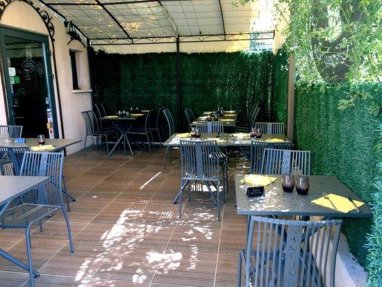 Notre terrasse ombragée - Picture of Au Chapeau The, Laverune ...