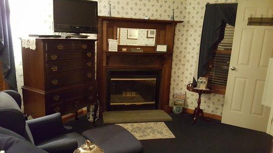 Inn at Ellis River: Thoreau Falls room, sitting area facing fireplace.