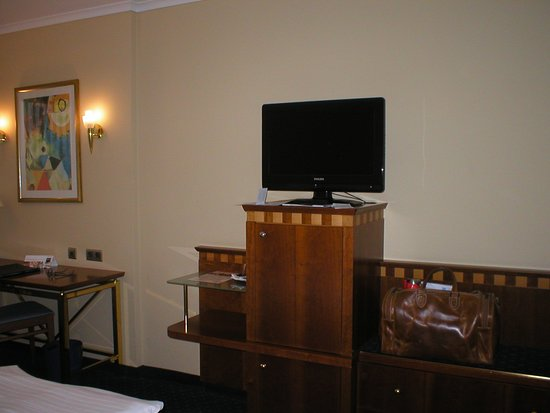 Dorint Parkhotel: Unter TV ausschrank aber leer. Minibar Inhalt muss geholt werden?