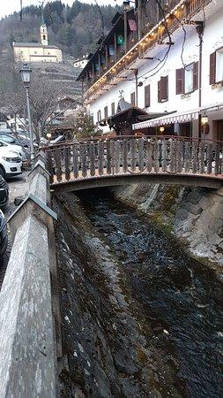 Molina di Fiemme, Ιταλία: cross the stream to enter the hotel