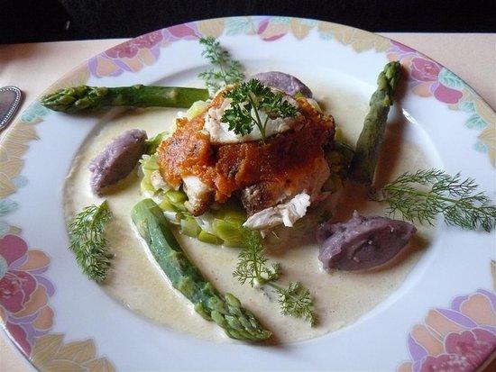Restaurant Le Médaillon : Lotte rôtie au paprika, fondue de poireaux, asperges vertes, concassée tomate, sauce champignons