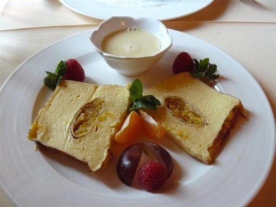 Restaurant Le Médaillon : Terrine de crèpes à l'orange et au Grand Marnier, crème anglaise.