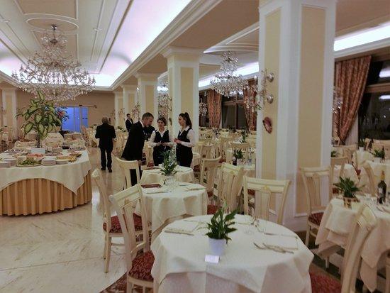 Hotel All'Alba: Zona ristorante molto accogliente