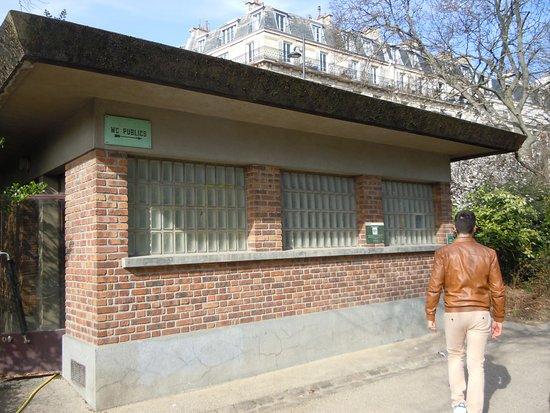 Les toilettes publiques - Picture of Parc des Buttes Chaumont, Paris ...