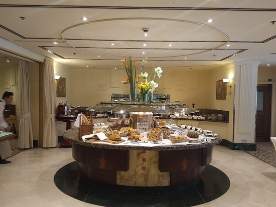 Grand Hotel Wien : шведский стол завтрака