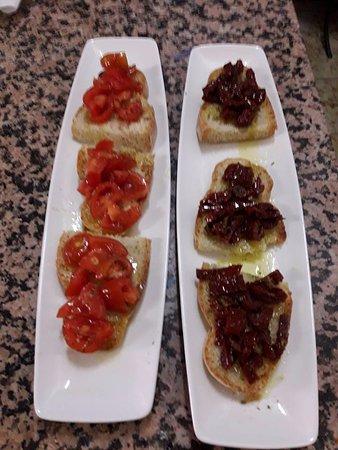 Roccalbegna, Italy: Bruschette in 2 versioni...meglio pomodori freschi o secchi?mmmm