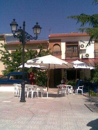 Illora, Spagna: Lovely sunny square directly in front of the bar