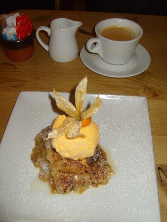 Amberley, UK: The Bridge Inn Rhubarb Crumble with Cornish Dairy Ice Cream was nothing short of absolute perfec