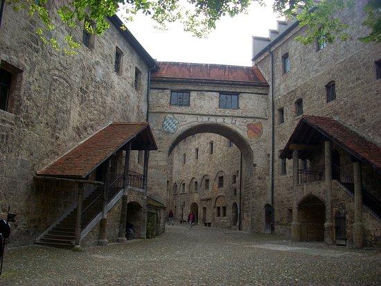 Burghausen, Niemcy: Patio de entrada al castillo principal (siglo XIII)