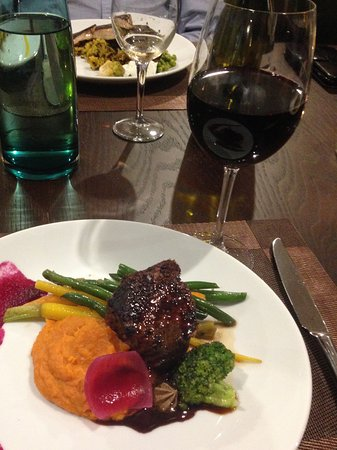 Marlborough Region, Nueva Zelanda: Beef with mashed sweet potato and a medley of greens