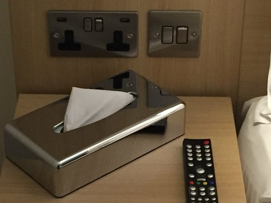 Holiday Inn London - Kensington: Sockets beside bed