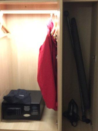 Holiday Inn London - Kensington: Safe, Ironing board, hair drier