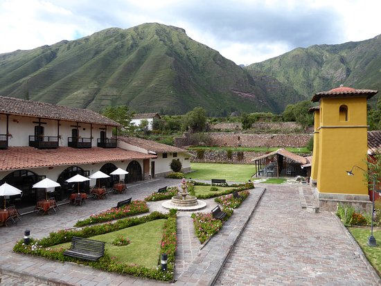 Sonesta Posadas del Inca Yucay: Interior plaza with restaurant on left and chapel on right