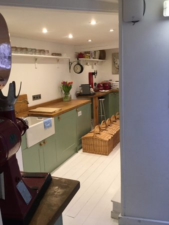 HIX Townhouse: Communal kitchen area with all the breakfast hampers lined up