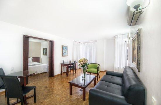 Aparta Suite Torre Poblado: sala de estar