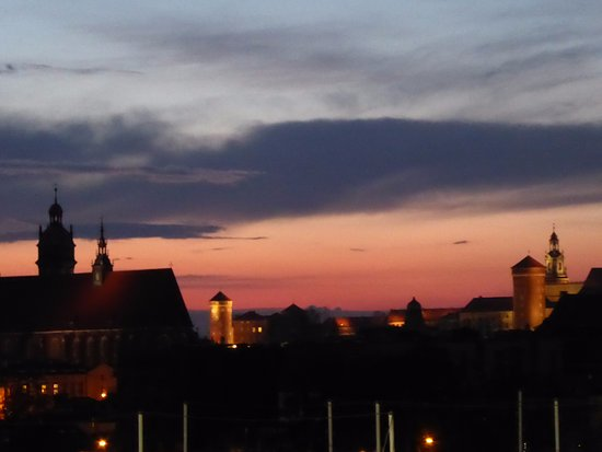 Qubus Hotel Krakow: Lovely sunset view from our window.