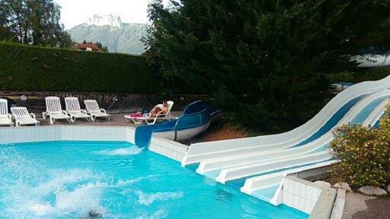 Lathuile, France: piscine ...toboggan, eau froide