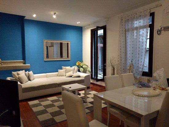 เอดี เพลซ วีไนซ์: Our living room