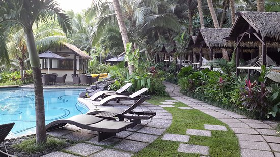 Seabreeze Resort: sun loungers by the pool