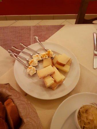Vellezzo Bellini, Italy: formaggi con mostarde nostrane