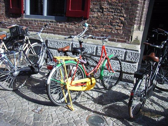 Cafe Restaurant Central: Fahrräder am Rathaus.