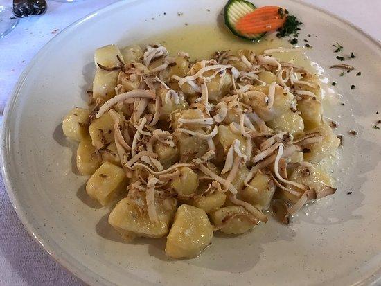 Agriturismo Valmenera: Gnocchi burro fuso e ricotta affumicata Polenta pastin formaggio e funghi