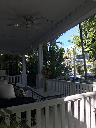 Alexander's Guesthouse: Front porch
