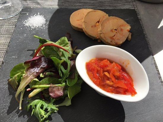 Itxassou, France: Le foie gras de canard mi cuit au torchon, Confiture de poivrons rouges et pain grillé au maïs.