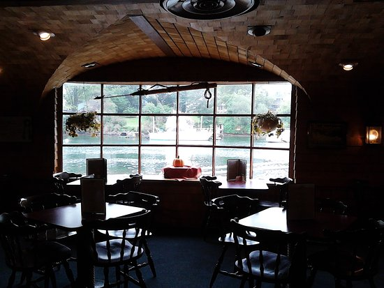 Kittery, ME: Cozy romantic dining with a pretty inlet view!