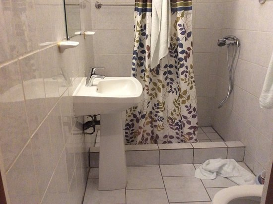 Ducos, Martinica: Bathroom, no outlets,shampoo,hairdryers, shower only