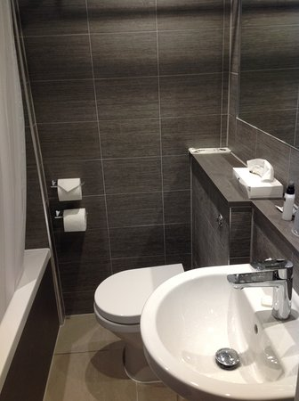 Best Western Plus Oxford Linton Lodge Hotel: Very Small Bathroom