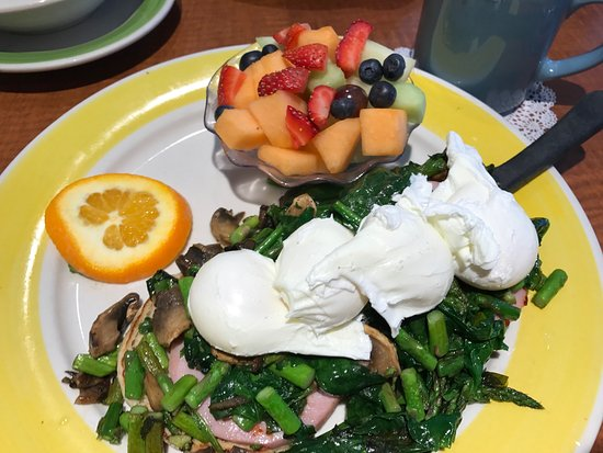 Carol Stream, Илинойс: One of the eggs Benedict specials! The fruit was as delicious as it looks.