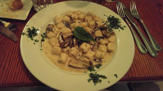 Pietrasanta Restaurant : Gnocchi with cream and mushrooms