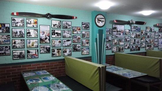 Museo Aéréo Fénix: La cafetería, con sabor Art-Decó, con un merecido homenaje a las mujeres voladoras.