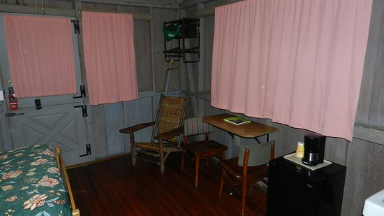 Mammoth Cave Woodland Cottages: Double Bedroom