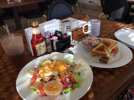 Goldfield, เนวาด้า: Домашний салат с курицей и сэндвичи с котлетой гриль.