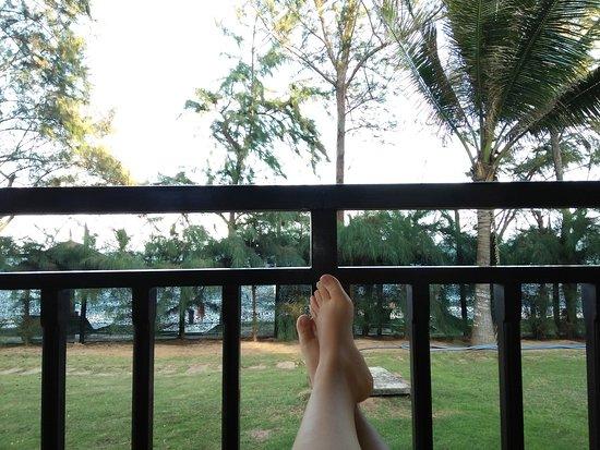 Golden Coast Resort and Spa: Khung cảnh nhìn từ ban công bungalow.