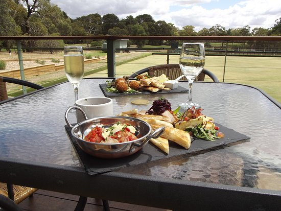 Ararat, Australia: Enjoy a 'Taste of Chally's' sharing plate on the deck.