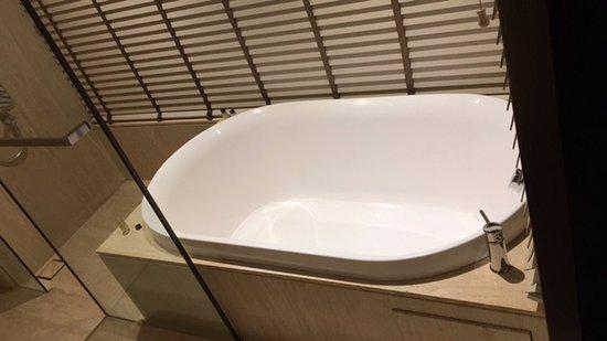 Roseate House New Delhi: Half Bath Tub