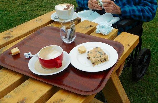Evanton, UK: Outside tables..
