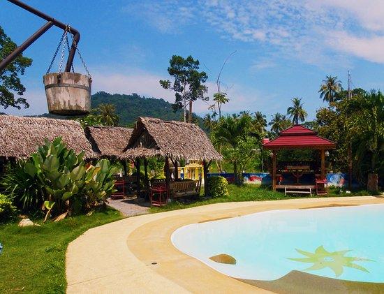Kob Thai Restaurant: Toutes nos tables sont sous des huttes ( avec ventilateurs) près de notre petite piscine