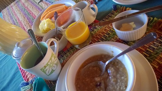 Punta Gorda, Belize: Oatmeal, fresh papaya, cantaloupe and pineapple, orange juice, coffee